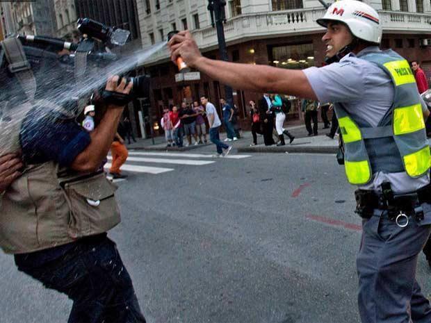 Desde o começo a PM reprimiu manifestantes e jornalistas. Rodrigo Paiva/RPCI/Folhapress