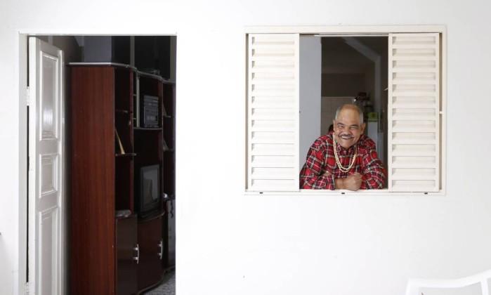 Interno de instituições psiquiátricas por mais de 30 anos, Luiz Carlos vive numa das casas terapêuticas de Carmo: vida nova, com direito a música e dominó na praça - Fabio Rossi / Agência O Globo
