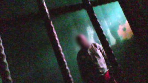Pacientes podem ficar dias em quartos de isolamento, mas a informação é negada pelo governo; um deles cometeu suicídio